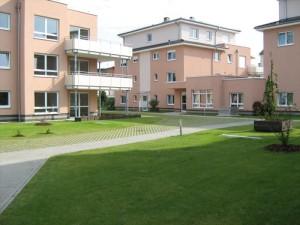 Dachbegrünung mit umfangreichen Rasenflächen
